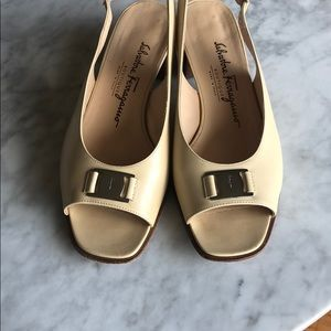 Leather Beige color open toe shoes